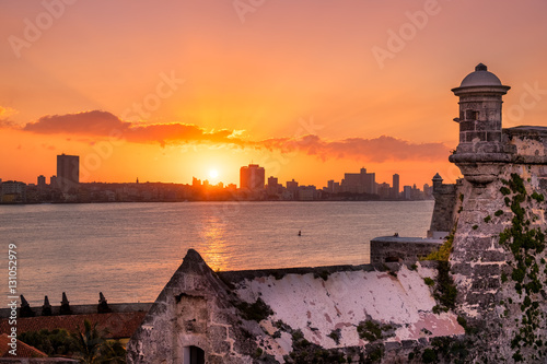 Keuken foto achterwand San Francisco Sunset in Havana with the sun setting over the seaside buildings including a view of El Morro fortress