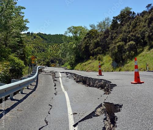 Fototapeta Ogromne pęknięcia na wzgórzach Hunderlee po trzęsieniu ziemi w Kaikoura