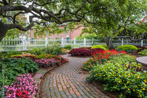 Fotobehang Tuin Winding pathway through beautiful garden in Portsmouth