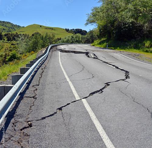 Fototapeta Ogromne pęknięcia na wzgórzach Hunderlee po trzęsieniu ziemi w Kaikoura w Nowej Zelandii.