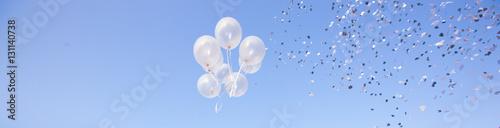 Palloncini che volano e coriandoli alla festa Fototapeta