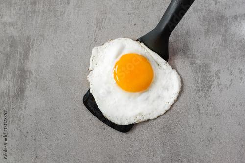 Deurstickers Gebakken Eieren Fried egg on a spatula