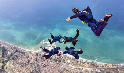 Formazione in cielo di 4 paracadutisti con Video operatore Wallpaper Mural