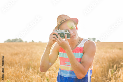 Fotografia  Man with retro photo camera Fashion Travel Lifestyle outdoor