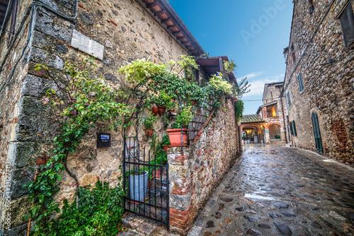 Poster Smal steegje picturesque corner in Monteriggioni