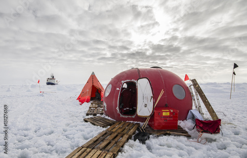 Foto auf Gartenposter Antarktika Ice camp of a polar research expedition