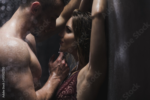 Obraz Woman and man in the shower - fototapety do salonu