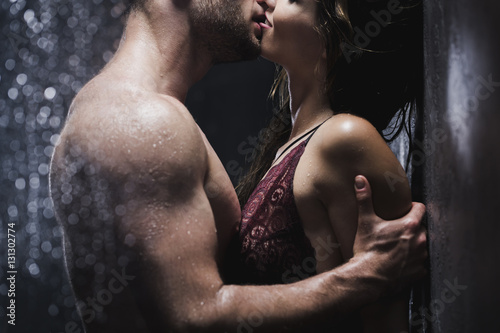 Couple kissing in the shower Canvas-taulu
