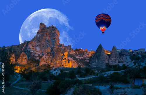 Poster Montgolfière / Dirigeable Hot air balloon flying over spectacular Cappadocia