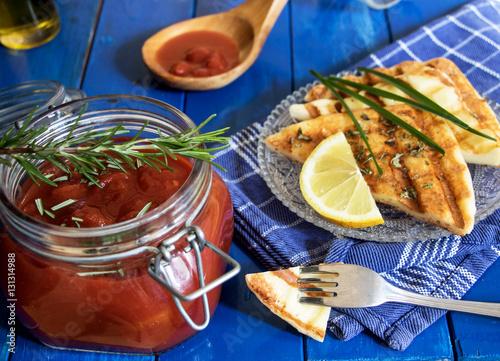 Saganaki und Tomatensuppe als Vorspeise
