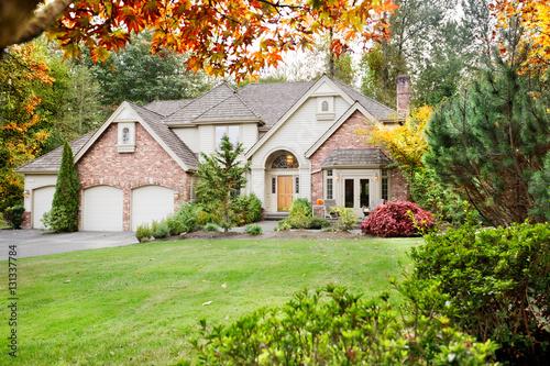 Plakat Podmiejski dom z frontowego ogrodu na początku jesieni, gdy liście zaczynają się obracać