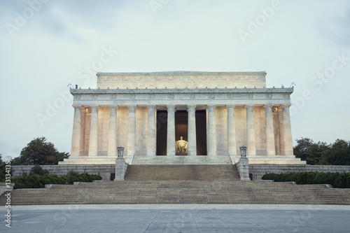 Fotografia  Lincoln Memorial at dawn on overcast day during spring