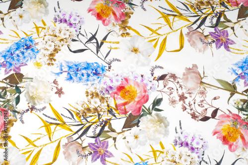 jedwabna-tkanina-tekstura-tlo-na-bialej-tkaninie-jasne-kolory