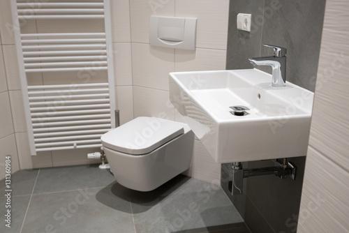 Fotografia  bad mit grauen und weißen fließen