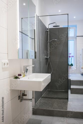 badezimmer altbau, modernes badezimmer in einer altbau-wohnung - buy this stock photo, Badezimmer