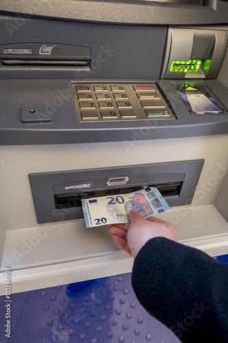 Retrait bancaire. © Instantvise