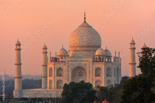 Foto op Plexiglas Monument View of Taj Mahal at sunset in Agra, Uttar Pradesh, India