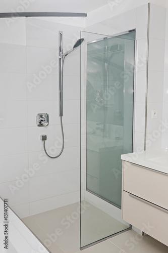 salle de bain contemporaine avec douche italienne - Buy this ...