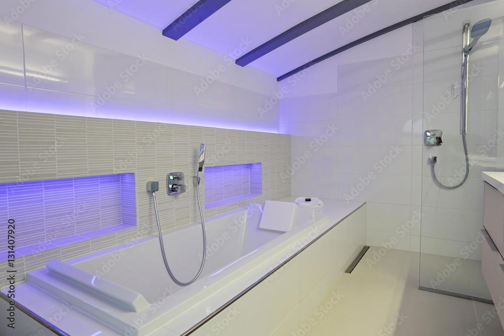 salle de bain contemporaine avec baignoire et douche ...