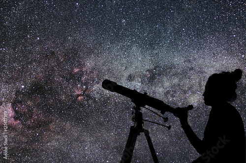 Pinturas sobre lienzo  Woman with telescope watching the stars. Stargazing woman and ni