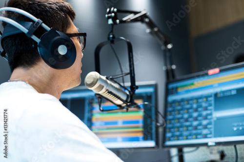 Photo  young man dj works in modern broadcast studio