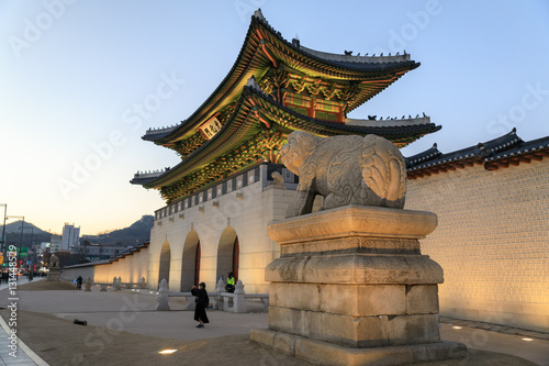 In de dag Seoel Gwanghwamun gate at Gyeongbokgung Palace at night in Seoul, South Korea