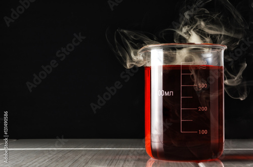Fotografía  Measuring cup in which a chemical reaction occurs.