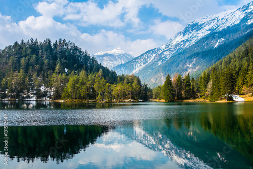 fantastyczne-widoki-na-spokojne-jezioro