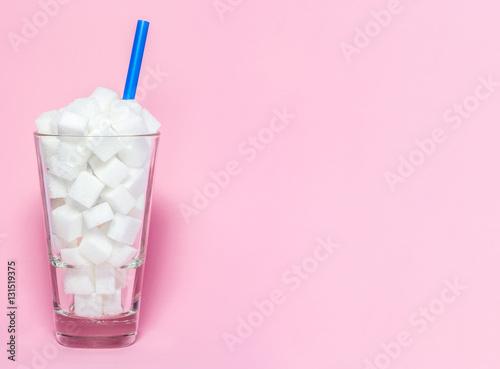 Fotografie, Obraz  Glas voll mit Würfelzucker - Symbol für Zucker als versteckter Krankmacher