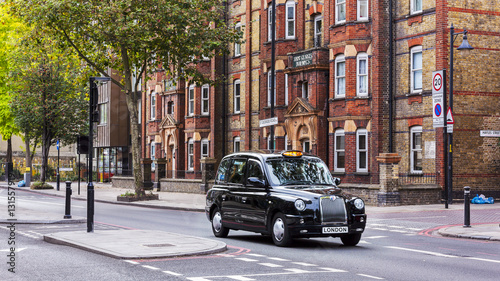 Poster de jardin Londres Black taxi on a london street