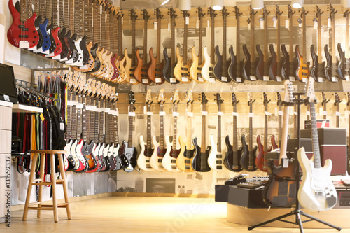 Poster de jardin Magasin de musique Guitars in music shop