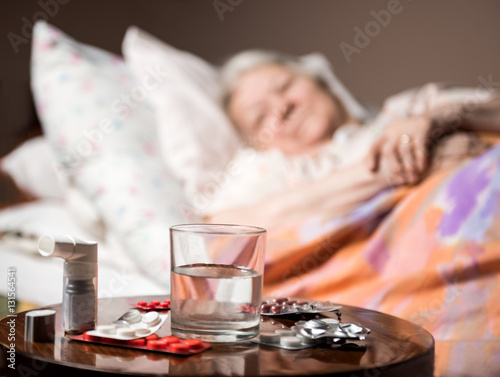 Fotografía  Sick old woman lying in bed at home