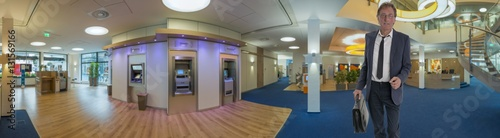 Fotografia  Bank Innenaufnahme mit Kunden Panorama