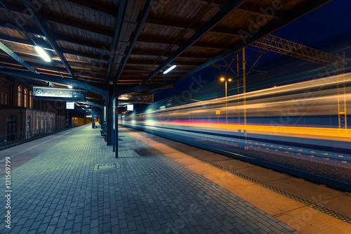 Photo Stands Train Station Kolejowa stacja podczas opóźnienia