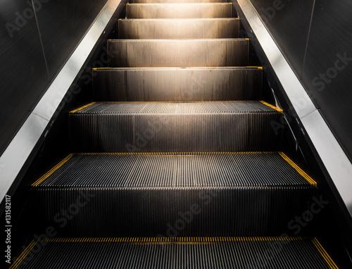 Photo escalator in modern office