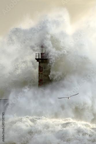 Autocollant pour porte Eau Stormy wave over lighthouse