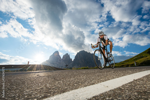 Papiers peints Cyclisme Departure from a pass with road cycle