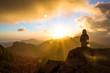 Frau sitzend bei Sonnenuntergang
