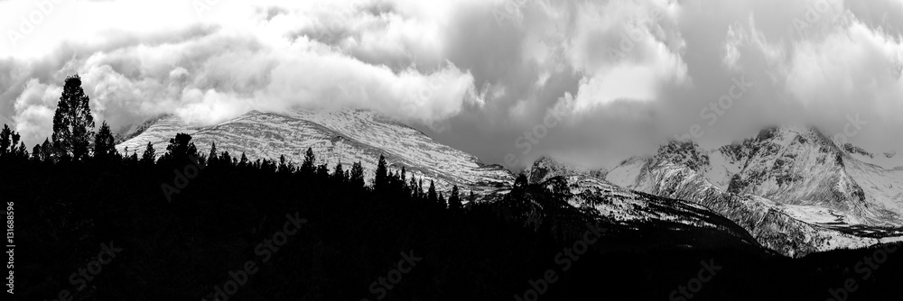 Fototapeta Storm over the Rocky Mountains - A snow storm surrounding the peaks of the Northern Colorado Rocky Mountains