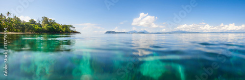 Fotografía  panoramic shot over water of tropical beach.