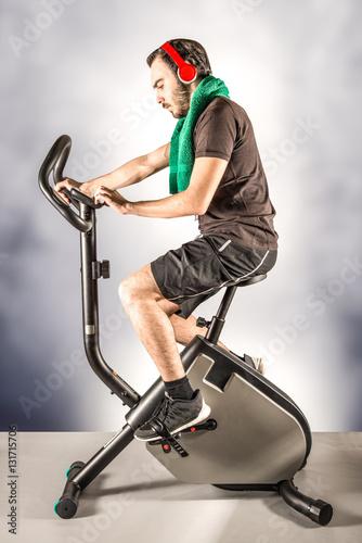 Fotografie, Obraz  ragazzo che si allena pedalando in cyclette