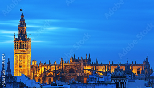 Giralda y Catedral de Sevilla iluminadas al atardecer