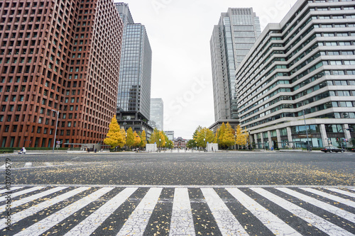 Foto close up crosswalk surrounded by commercial buildings in Tokyo station taken in