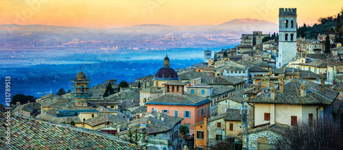 Photo Dawn over medieval town Assisi. Landmarks of Italy, Umbria