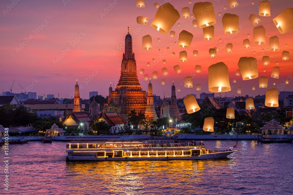 Fototapeta Wat arun and cruise ship in night time and floating lamp in yee peng festival under loy krathong day, Bangkok city ,Thailand