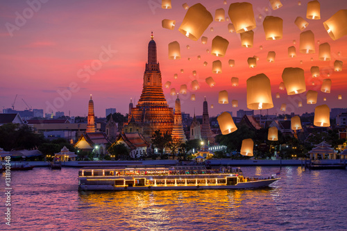 Crédence de cuisine en verre imprimé Bangkok Wat arun and cruise ship in night time and floating lamp in yee peng festival under loy krathong day, Bangkok city ,Thailand