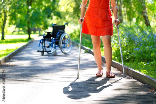Obraz na płótnie woman practicing walking on crutches