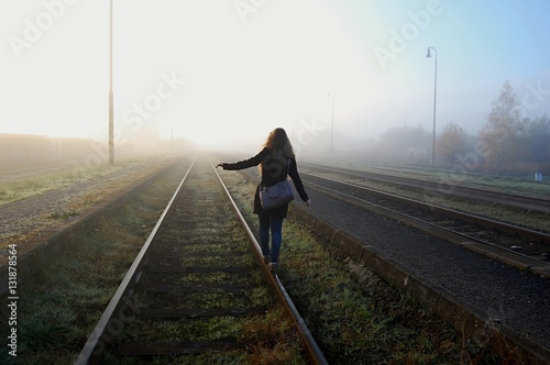 Poster Voies ferrées young girl walking on the train tracks