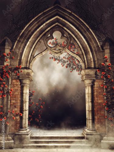 Photo Gotycka brama z różami i bluszczem w nocy