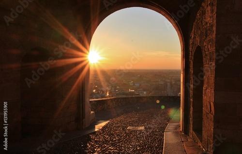 Sorgere del sole da Porta San Giacomo, Bergamo alta, Lombardia, Italia Fototapeta